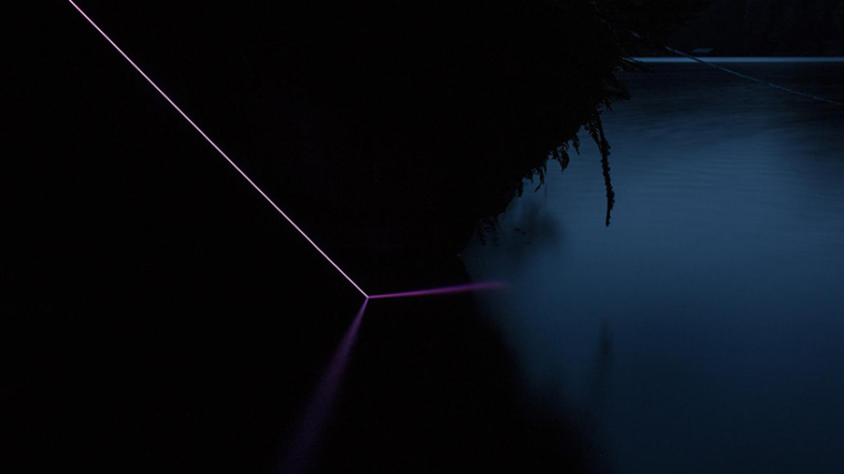 山谷和森林间的光束装置-lucid-film-3hund-desingboom-06