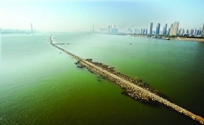 """长江中惊现2公里""""碎石路"""" 原来是航道整治工程"""