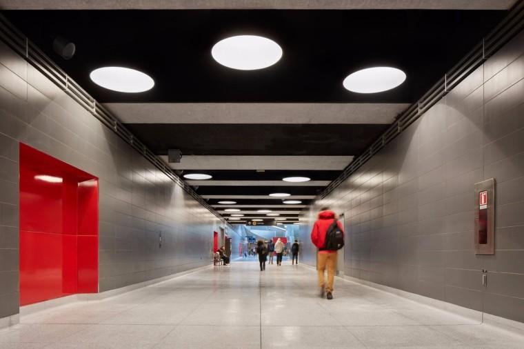 弧形镜面天花板内的地铁站-8