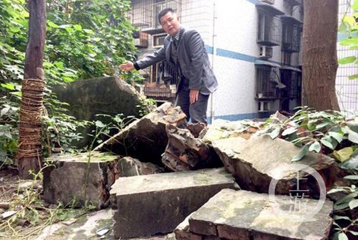 屋外围墙突然垮塌,3个月过去仍无人处理