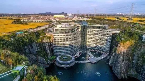 终于!日本挖的88米巨坑,中国人砸20亿填平了,还成了世界奇迹!