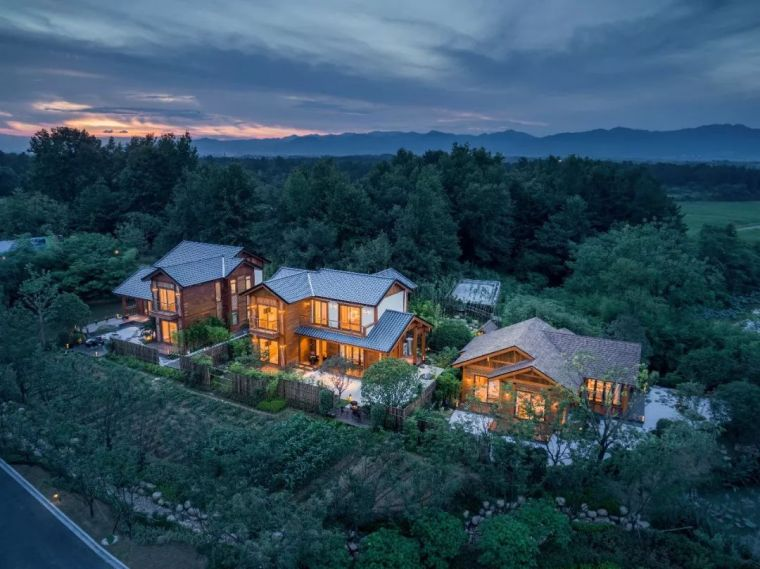 三栋现代木结构别墅 · 自然美