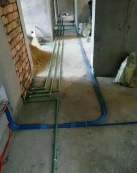 老电工的活线工艺,隐蔽电线一抽就出来,真是太实用了