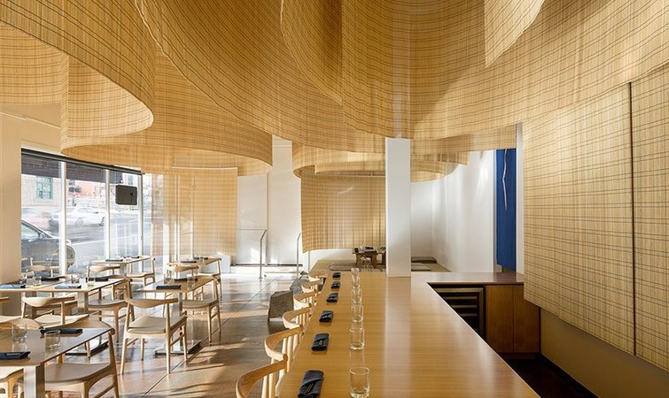 隈研吾设计的这家日料店,把竹帘挂在了天花板上