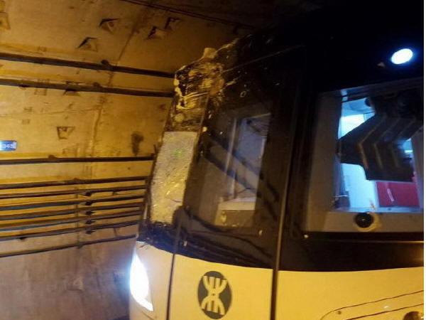 打桩机打穿深圳地铁11号线隧道,列车撞断桩头受损严重