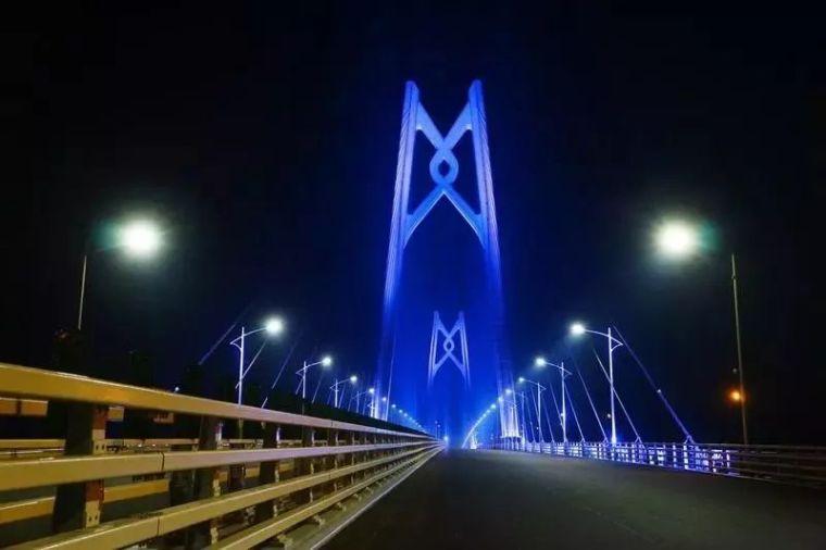 港珠澳大桥主体工程全线亮灯,惊艳全世界!