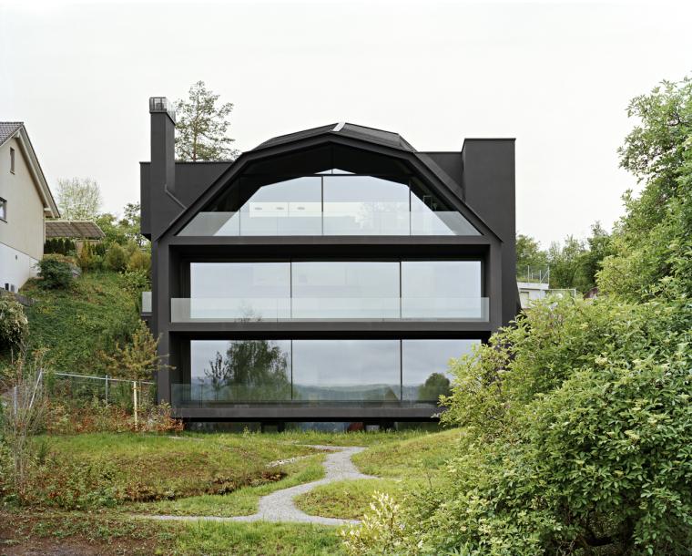 瑞士湖边倒置在斜坡上的黑住宅
