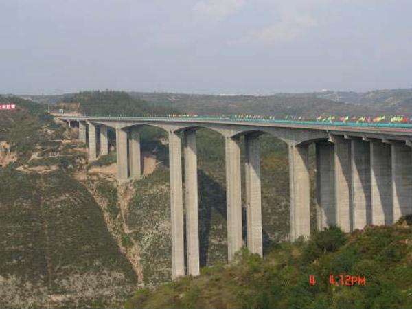 山区公路总体设计思路(连续长大纵坡有关安全问题与重大路线方案)