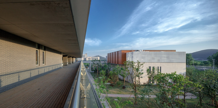 028-on-the-water-side-medical-college-building-of-jiangnan-university-china-by-tjad