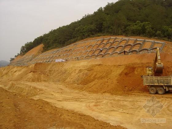 路基边坡处理中的锚杆框架梁高边坡施工方案