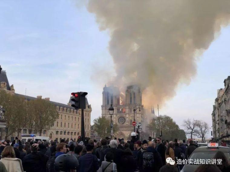 突发!巴黎圣母院大火!800年古迹被焚毁…_8