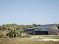 如一块巨大的黑石嵌入大地——法国容扎克会议中心