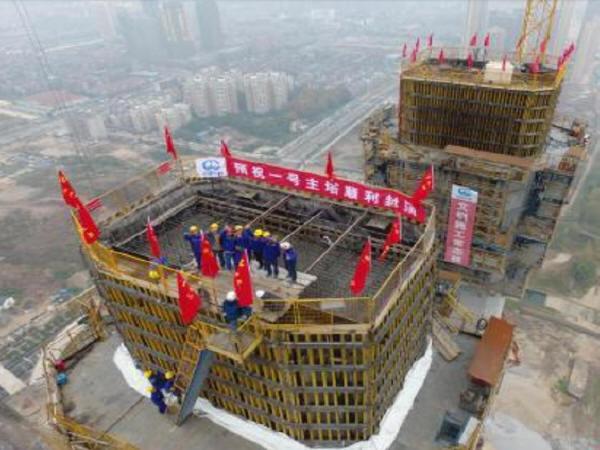 """世界最大跨度双层悬索桥""""杨泗港长江大桥""""80多层楼高主塔封顶!"""