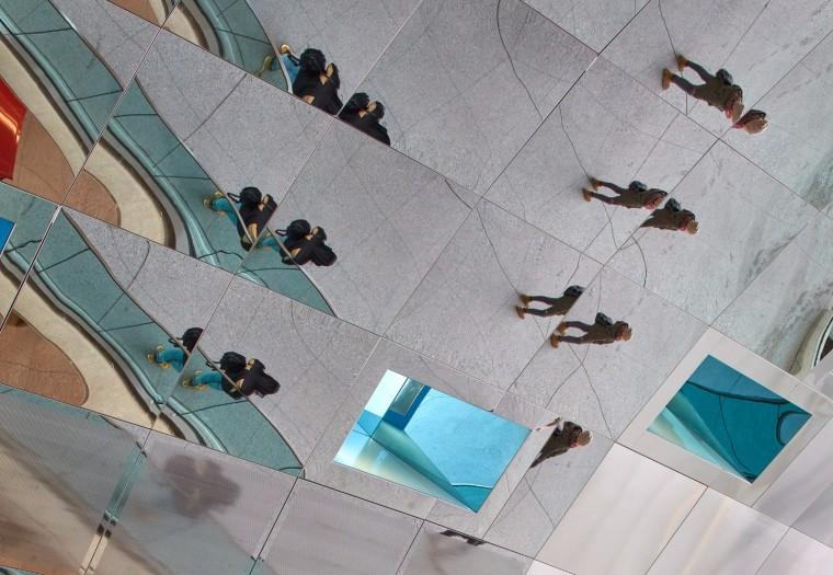 弧形镜面天花板内的地铁站-16