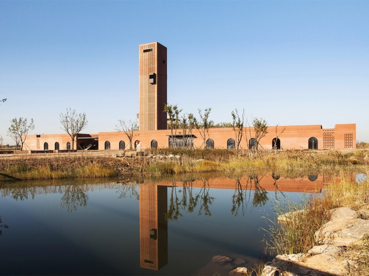 河北湿地中的红砖塔