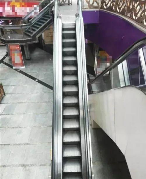VAUMM设计城市电梯资料下载-重庆现最苗条电梯,网友调侃:我一个人站都嫌挤!