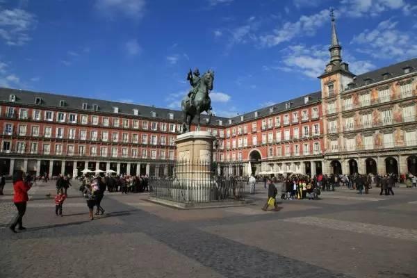 全球50个地标性建筑,认识10个就算你合格!-马约尔广场(西班牙•马德里).jpg