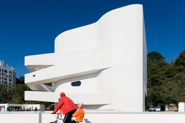 层叠交错的手指坡道,在规整的秩序中寻求变体 / Alvaro Siza建筑