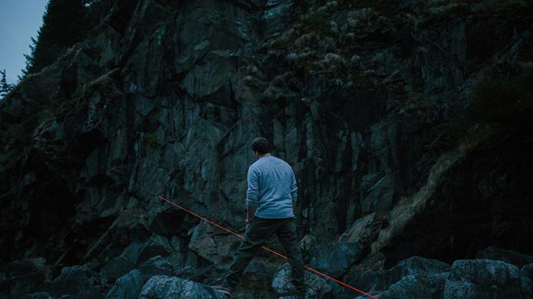 山谷和森林间的光束装置-lucid-film-3hund-desingboom-14