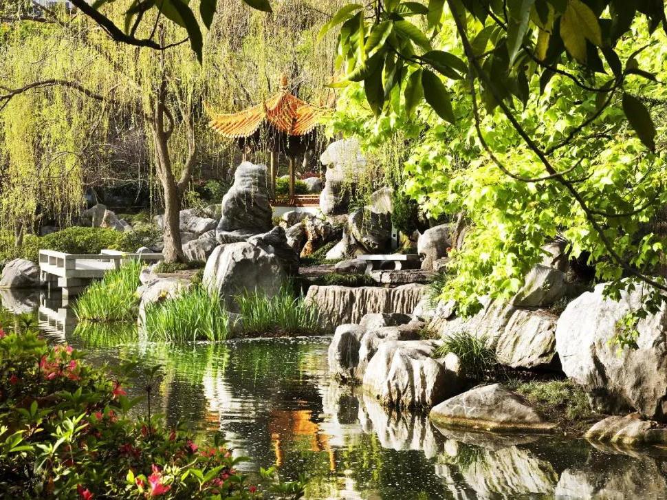 整个花园运用道家阴阳平衡,光阴相对的哲理来设计,园内粗幼石卵铺成的图片