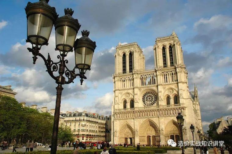突发!巴黎圣母院大火!800年古迹被焚毁…_13