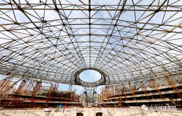25个标准足球场大小,柱间距200米!北京新机场主航站楼钢网架展