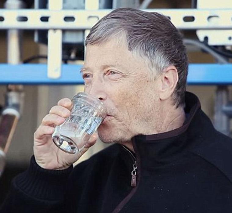 比尔盖茨喝了一口从粪便中提取的水:味道不错