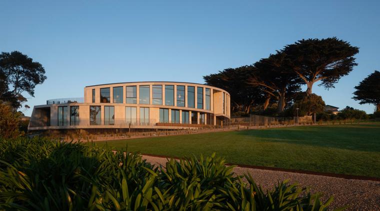 仿佛一块远眺大海的侏罗纪珊瑚石:潮汐弧线住宅