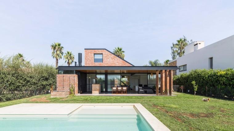 粗糙的红砖砌构建的精致住宅