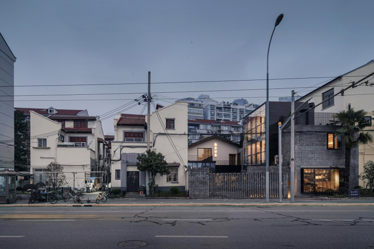 上海原招待所改造的新中式渝舍印象酒店外部实景图
