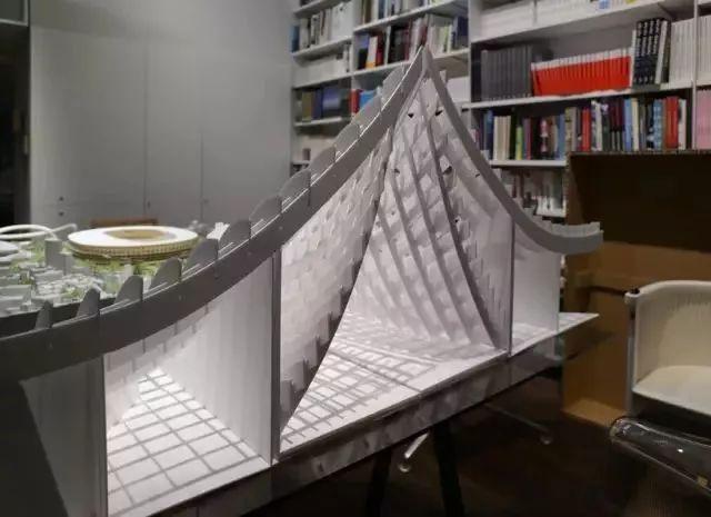桌子越乱越有建筑大师的潜质?来看看真正的大师办公桌_25