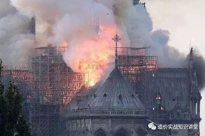 突发!巴黎圣母院大火!800年古迹被焚毁…_6
