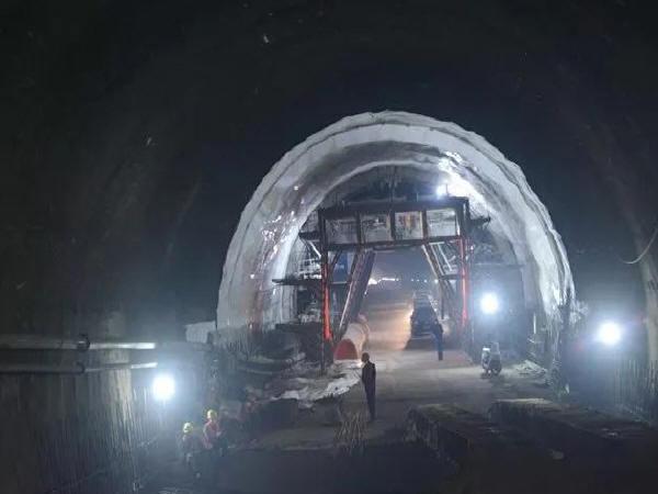 临夏折红二级公路锁南隧道工程现场