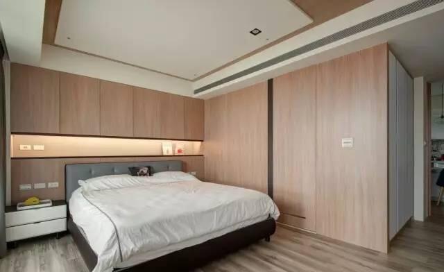 浅色木地板营造清新自然的地中海风格