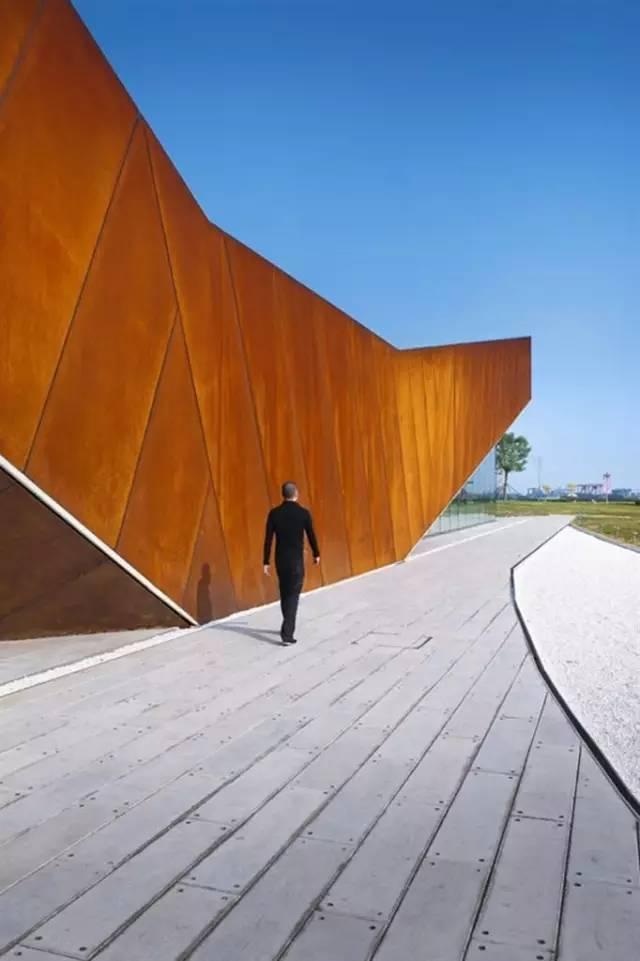 看建筑大师是如何使用锈钢板的?_4
