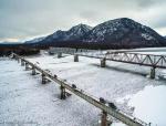 俄罗斯一座桥梁,仅两米宽,没有扶栏,全身发绣战斗民族却还在开