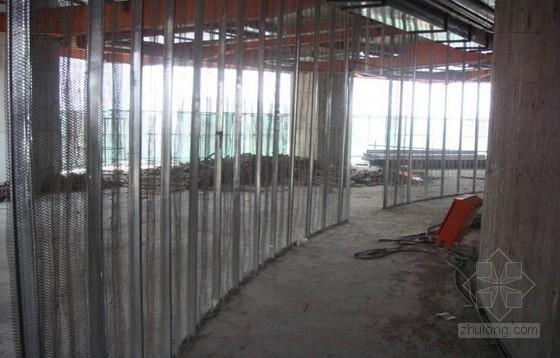 商业综合体中空钢网弧形隔墙施工应用技术