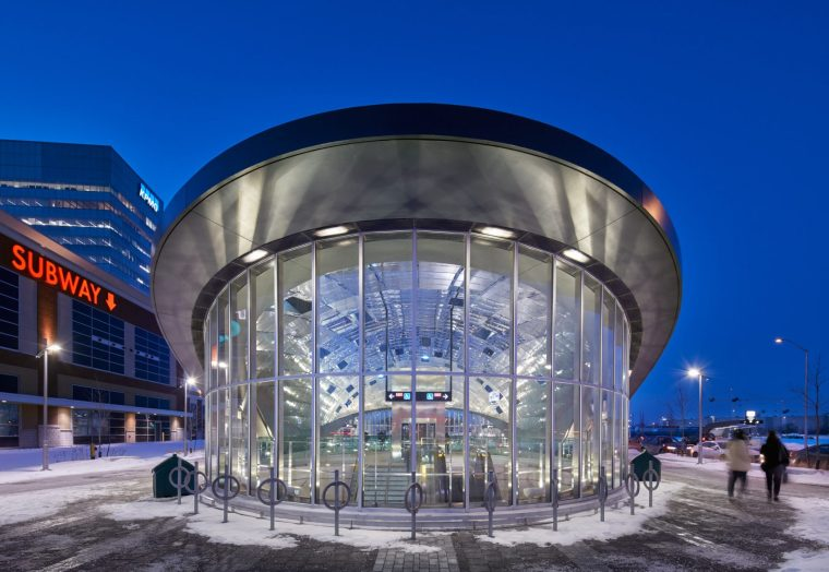 多伦多地铁站内的弧形镜面天花板