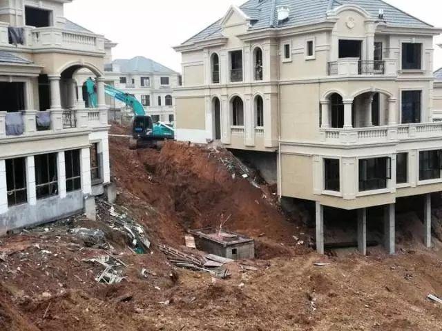 12月3日衢州一建筑工地发生塌方事故,两人被埋,1死1伤