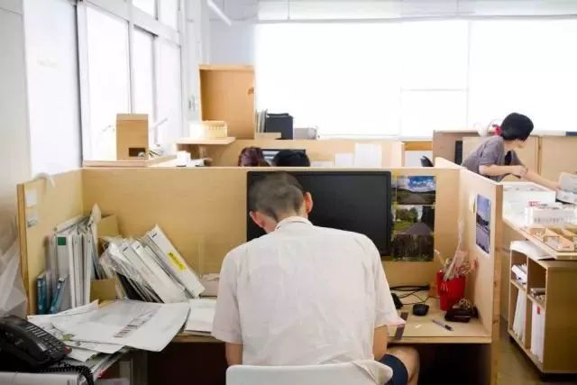 桌子越乱越有建筑大师的潜质?来看看真正的大师办公桌_40