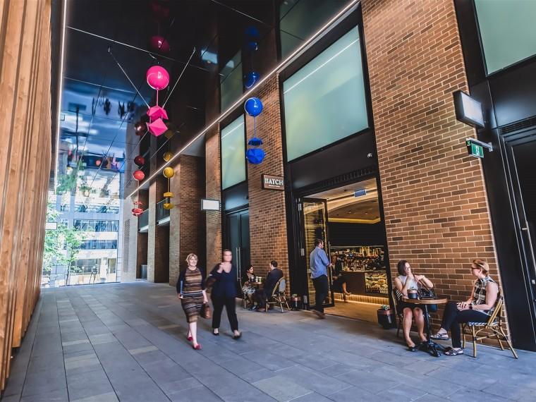 澳大利亚悬浮在人行道上的雕塑装置