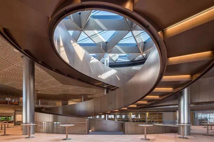 外墙能通风, 顶灯能吸声, 办公桌可升降,诺曼·福斯特设计很牛!