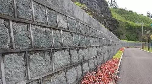 建筑物与边坡、挡土墙的距离尺度关系