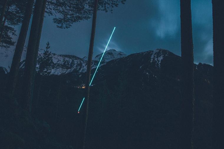 山谷和森林间的光束装置-lucid-film-3hund-desingboom-09