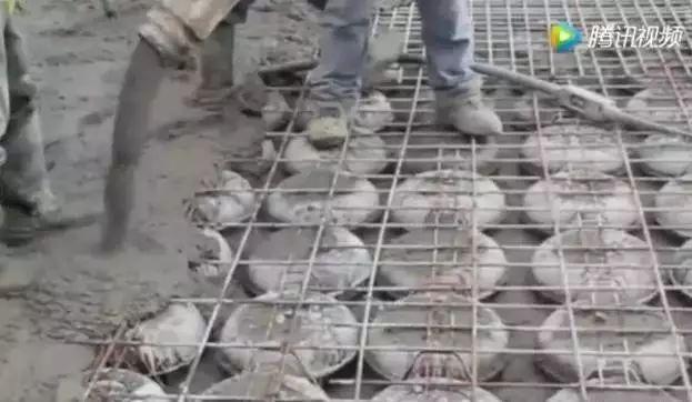 第一次见!德国人浇筑楼板混凝土时把塑料球放里面,难道是偷工减